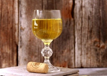 Ein Glas mit Weißwein.