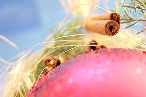 Foto: Zimtstangen in weihnachtlicher Dekoration, Copyright www.picstyle.de.
