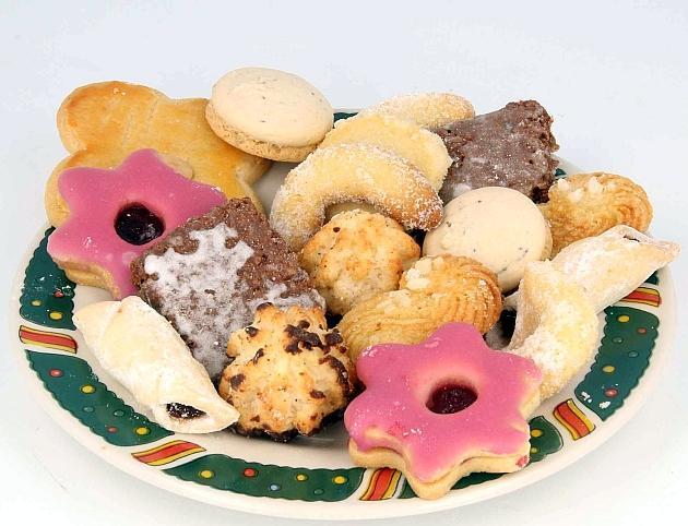 Das Bild zeigt Weihnachtsgebäck verschiedener Art auf einem Teller